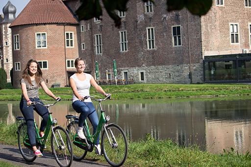 Fahrrad fahren am Schloss